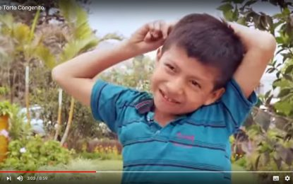 Indossare le scarpe dopo 8 anni di sofferenze, la storia di Jesus dal Perù